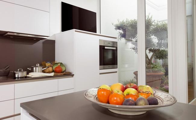 Eine Glasheizung in einer hellen modernen Küche