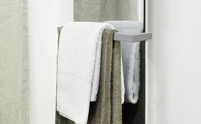 Ein Badheizkörper mit Badehandtüchern